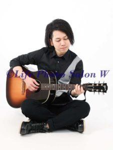 座ってギター