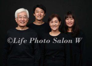 黒背景の家族写真2