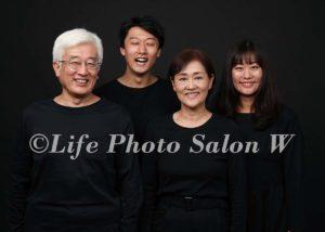 黒背景の家族写真3
