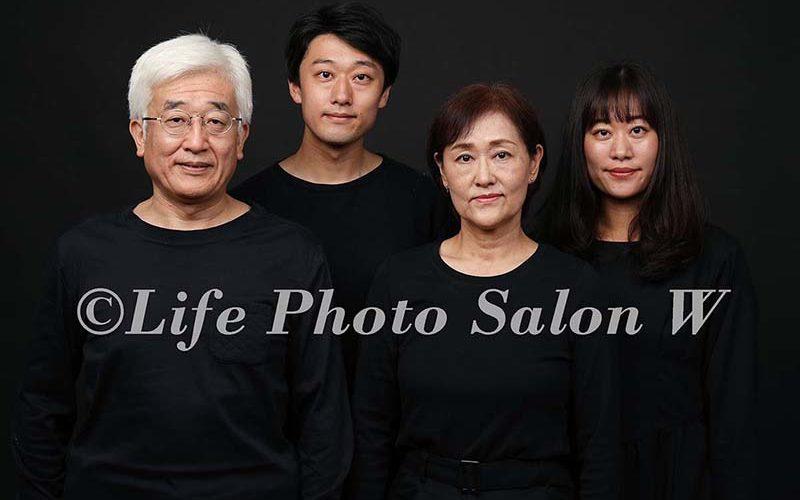 黒背景の家族写真1